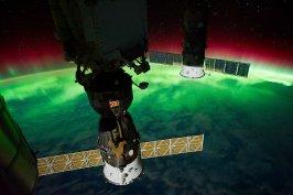 space-station-aurora-borealis-nasa-iss029e008433-orig